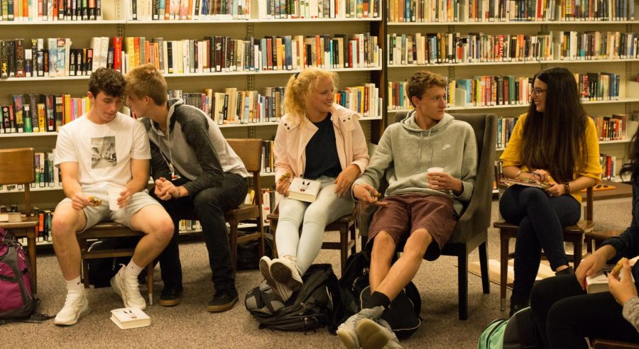 Mrs.+Omasits+discusses+The+Hate+U+Give+with+seniors+in+the+NASH+Library.