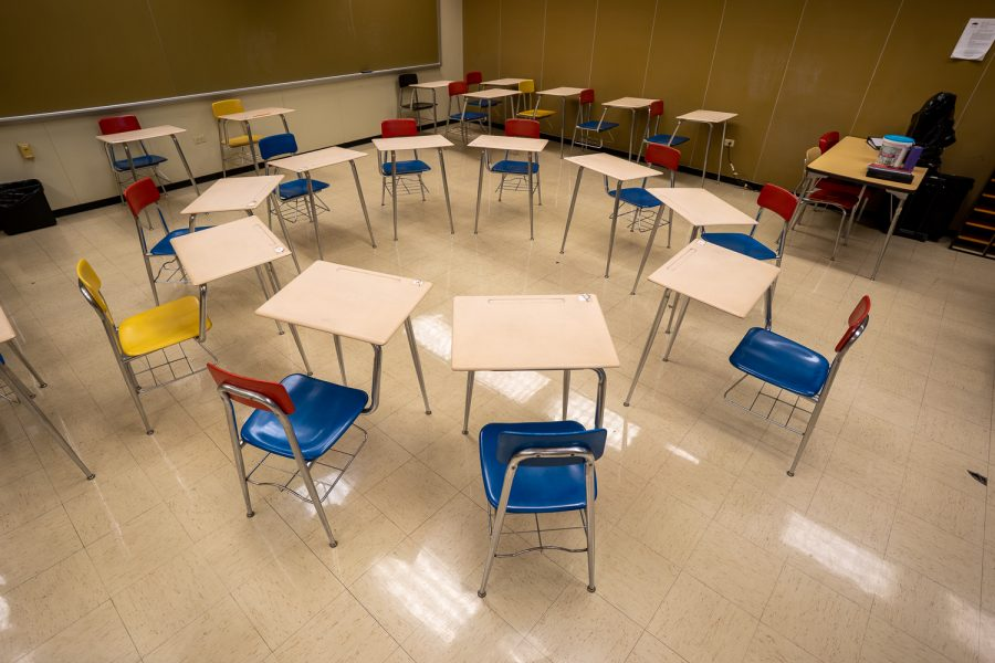 The+circular+desk+arrangement%2C+common+to+the+Socratic+seminar%2C+aims+to+provoke+student+discussion+free+of+teacher+intervention.