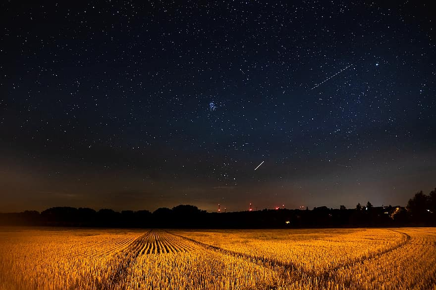 A rural night sky, without suffering the effects of light pollution.